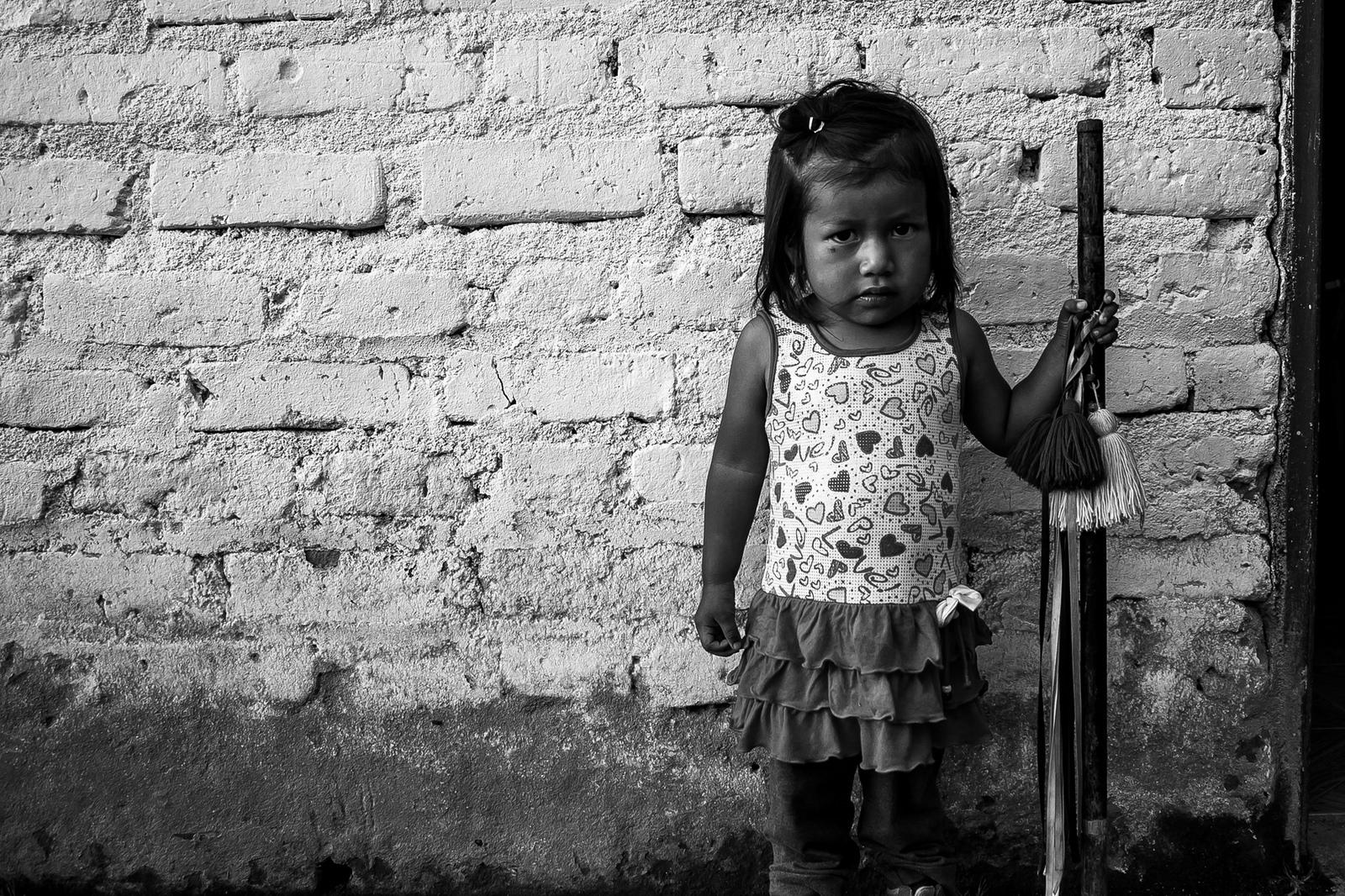 Una niña del municipio de Jambaló que carga el bastón de mando de su padre. Año 2015