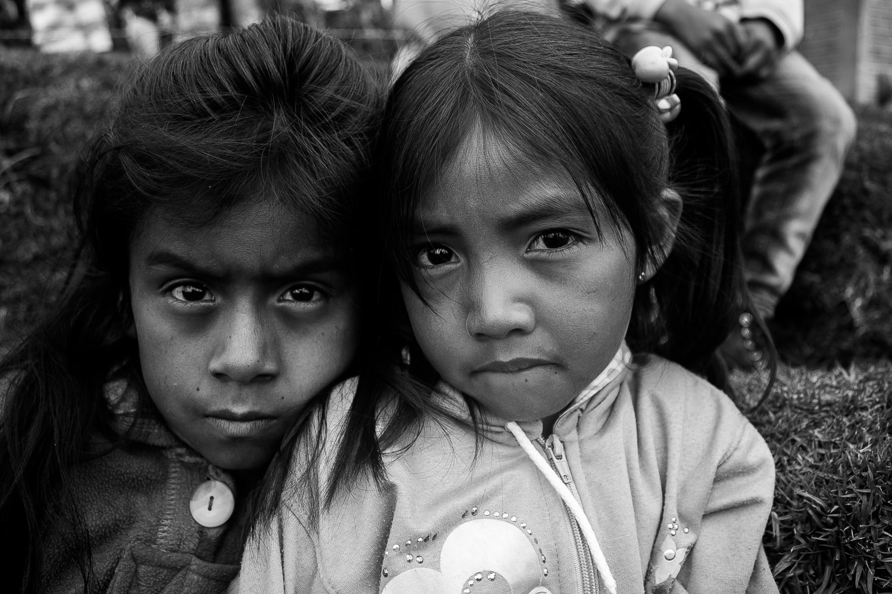 Retrato de dos niñas Nasa, en la vereda Solapa, municipio de Jambaló. Cauca