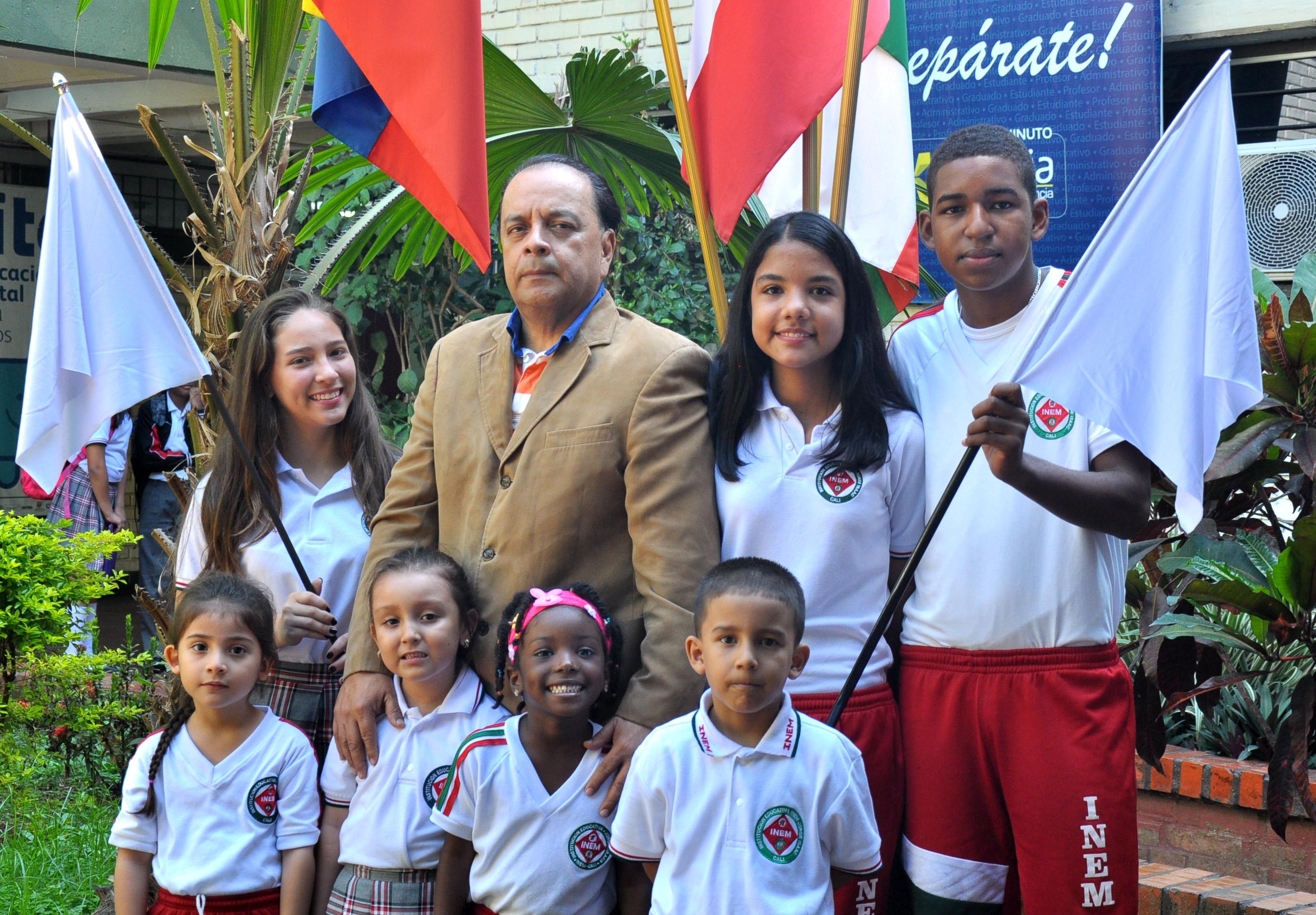 Estudiantes junto al rector Argemiro