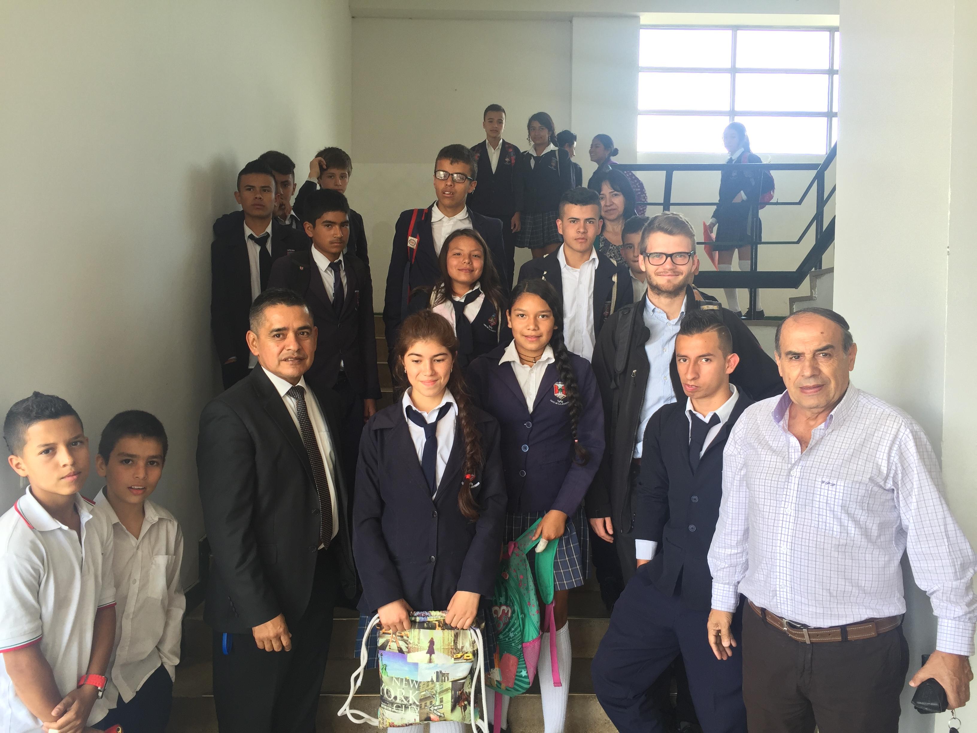 Rector Francis con algunos de sus estudiantes y maestros