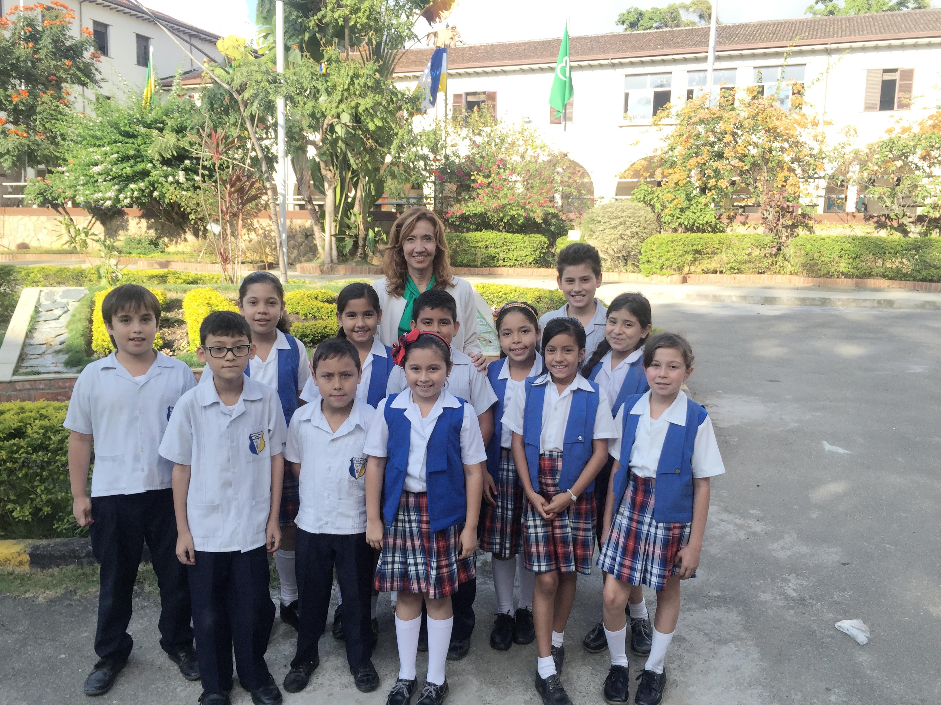 Rectora Dora Herrera Anaya con uno de los cursos de su institución