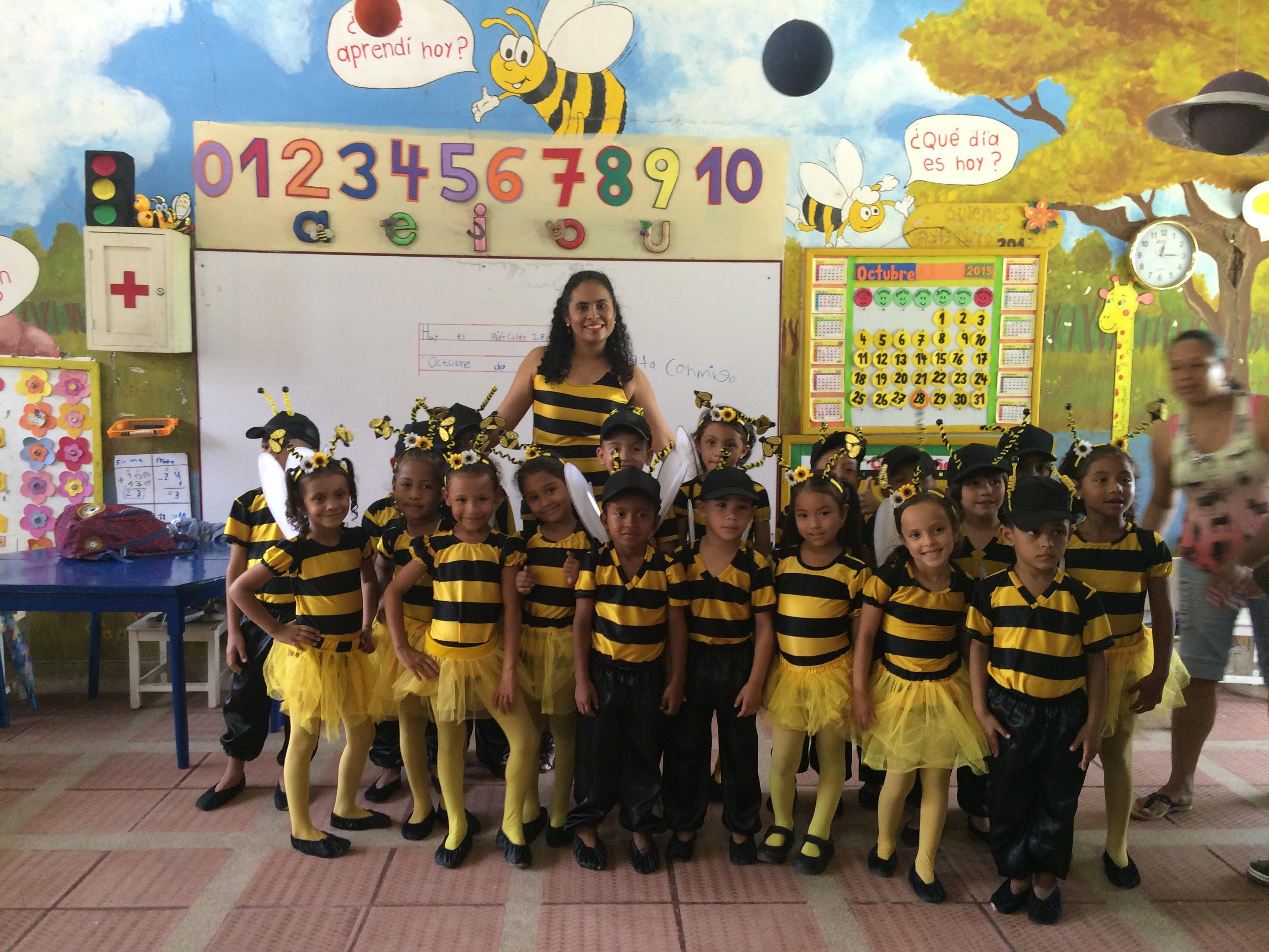 Profesora Katherine y sus alumnos colmena de abejas