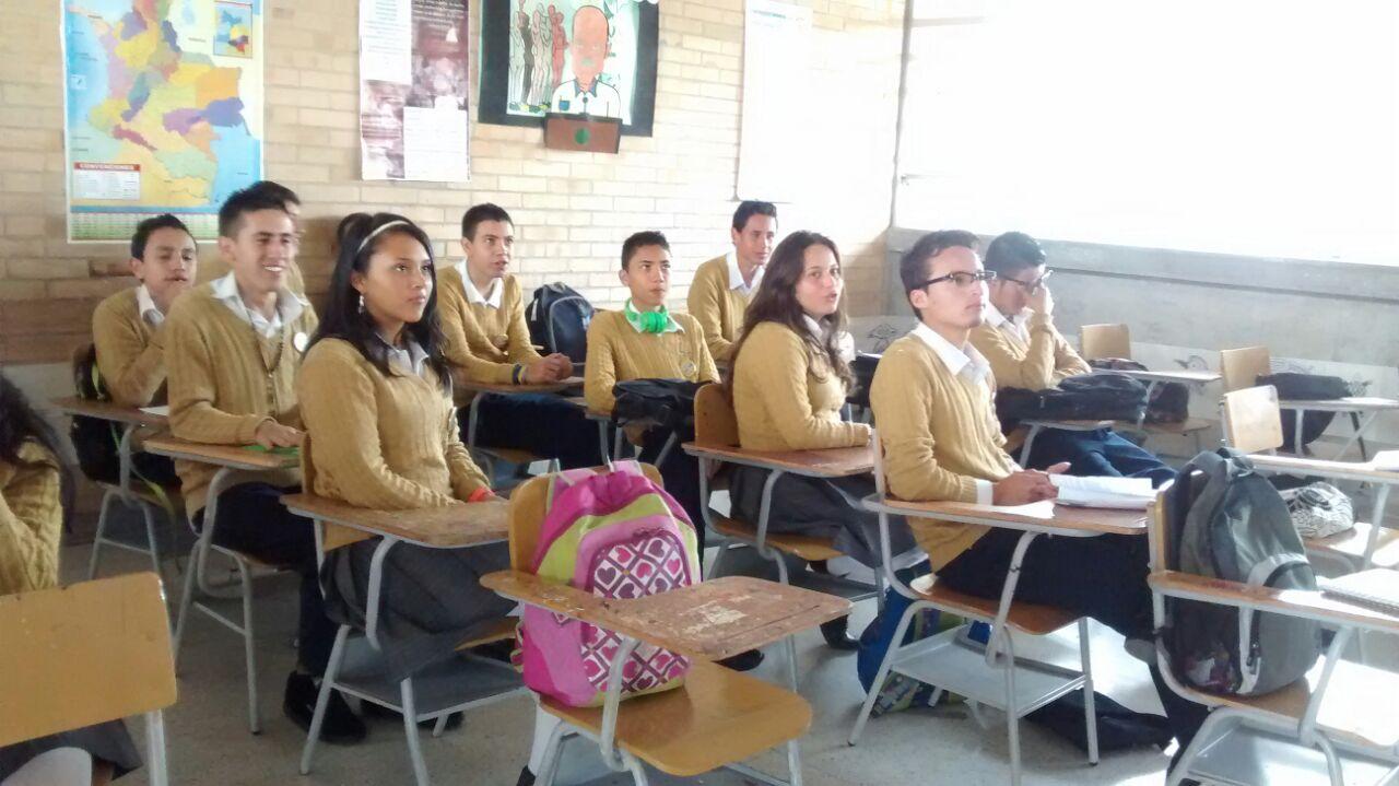 Estudiantes en clase con el profe. Salomón