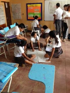Equipos trabajando en carteleras de paz