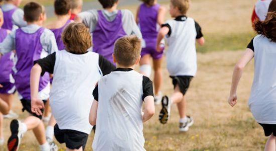 Niños corriendo por una parque