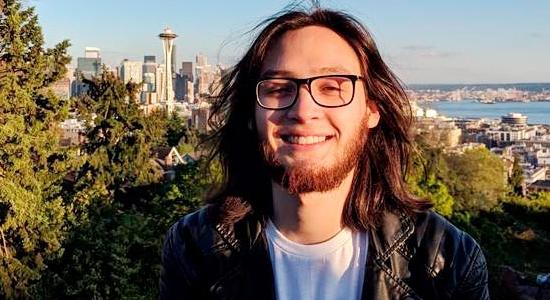 Felipe Salinas, un estudiante del Clubhouse Compartir, es ingeniero en Microsoft