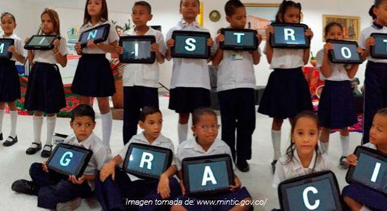 Niños de El Molino (Guajira), con las tabletas en la mano