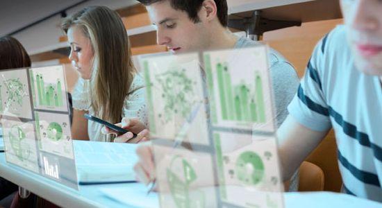 Jovenes realizando una investigación de manera virtual